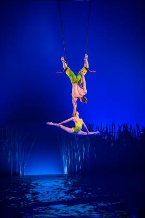 「フィックスト・トラピス・デュオ」Photo:Matt Beard Costumes:Kym Barrett (C) 2014 Cirque du Soleil