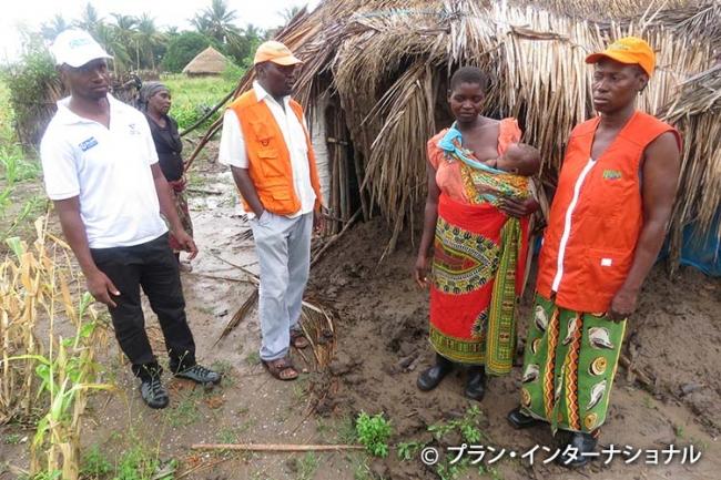 被災した家族のニーズ調査を行うプラン職員(モザンビーク)