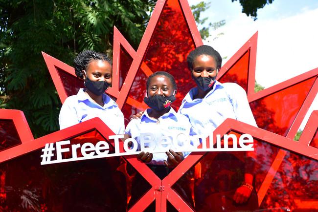 「女の子にオンライン上の自由を」を呼びかけるケニアの女の子たち
