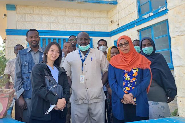 柳澤氏(前列左)。スーダンのプラン現地事務所にて