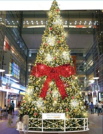 中央にリボンが輝くクリスマスツリー(イメージ)