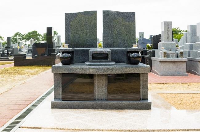 四条畷霊園「二世帯墓」正面より