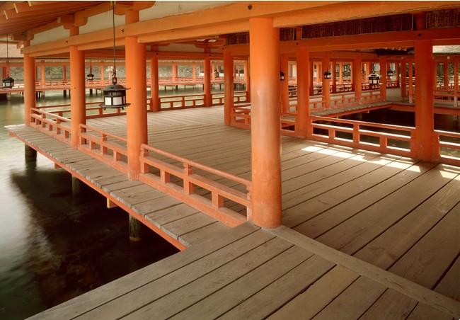 岡本茂男 嚴島神社 廻廊平舞台より東廻廊 1988年 ©岡本写真工房