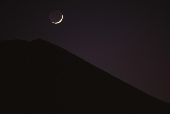 山梨県忍野村から「稜線と新月」撮影:竹内敏信