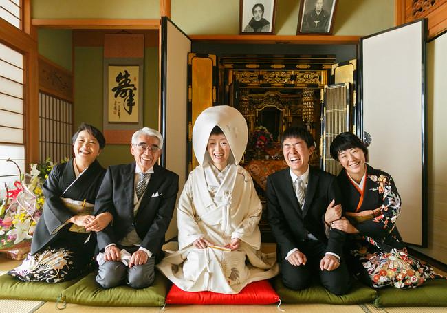 新婦自宅から神社へ出発前、新婦妹のフィアンセと共に撮影した家族写真