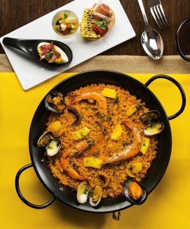 日本酒、国産オーガニック野菜、貝類・カツオや昆布出汁など、日本の食材をふんだんに使用した、日本人の舌に合った木村シェフ考案のスペイン料理をお楽しみください。