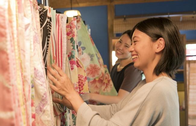 日本の伝統的な柄や夏の風物詩を彩る柄をあしらった50種類以上の浴衣をご用意しました。