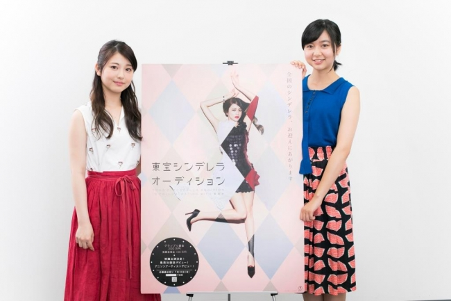 『東宝「シンデレラ」オーディション』の看板を持つ上白石萌歌