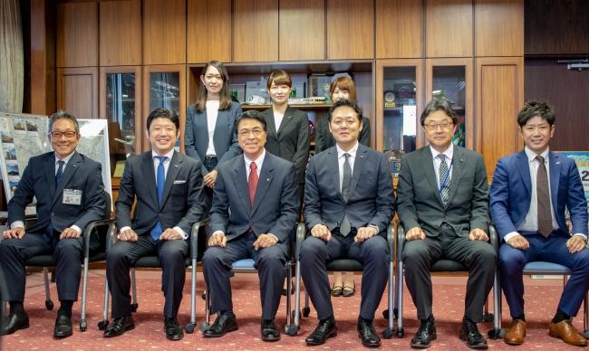宮崎市長への表敬訪問(左から3番目:戸敷正・宮崎市長、左から2番目:GMOインターネット 専務取締役 伊藤正)