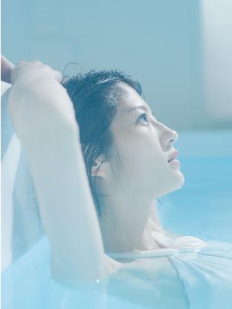 プールでの水着カットも多数収録!美しい肢体を披露しています。  撮影/嶌村吉祥丸