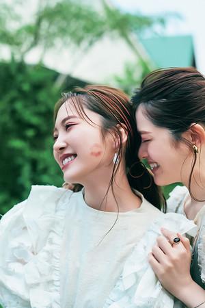 松村、山下、加藤で最後の思い出づくり。仲良すぎてほっぺにキスも!