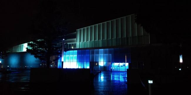 三原市芸術文化センター(ポポロ)ブルーライトアップ状況