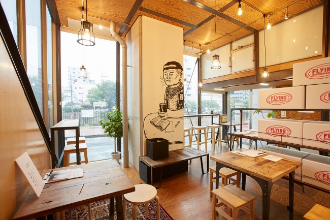 日ノ出スタジオのインフォメーションはカフェ仕様に。シンガポールのアーティスト、スピーク・クリプティックの作品とともにゆったりとした時間を過ごすことができる。