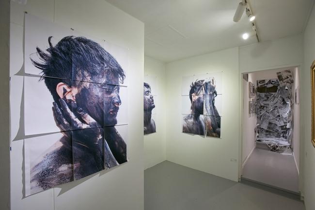 黄金町と似た歴史を持つ沖縄の宜野湾市にある「新町」地域で活動するギャラリーPIN-UP Galleryが黄金町へ。約10 組の沖縄のアーティストの作品を展示している。