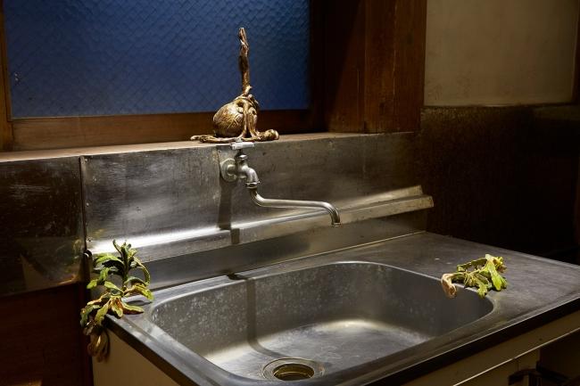 昔ながらの空間をそのまま活かした展示会場も。特別プログラム「黄金町のアートを紹介する」の中で展示された楊珪宋の陶の立体作品