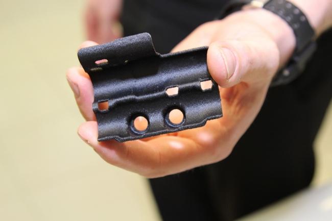 McLaren MCL32レースカー用の構造ブラケット。Stratasys FDM 3Dプリンタで、Nylon12CF材料を使って製作された。