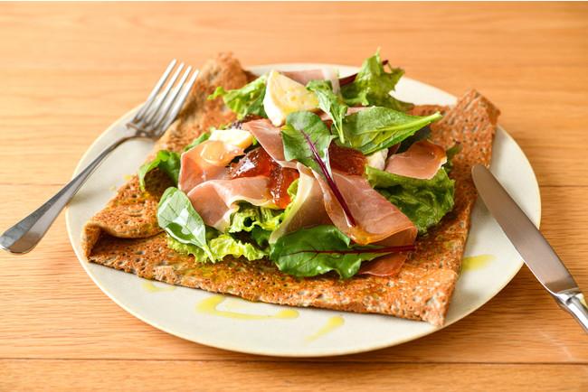 生ハムとカマンベールチーズ・季節の野菜のサラダガレット