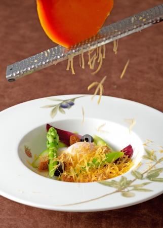 グリーンアスパラと半熟卵のサラダ ミモレットチーズ掛け イメージ