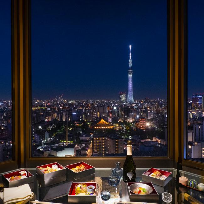 上層階客室では、ホテルディナーと浅草の夜景が愉しめる。