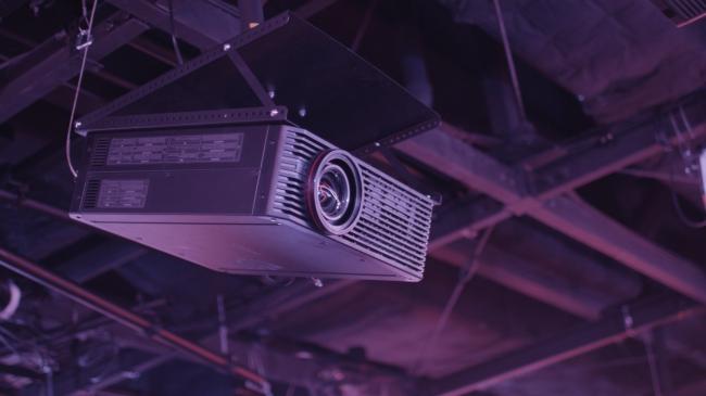 会場に設置されるキヤノンのプロジェクター