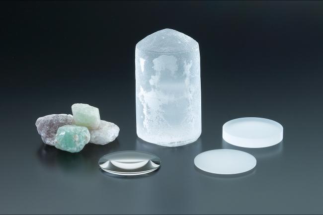 採用レンズの発売から50周年を迎えた「人工蛍石結晶」