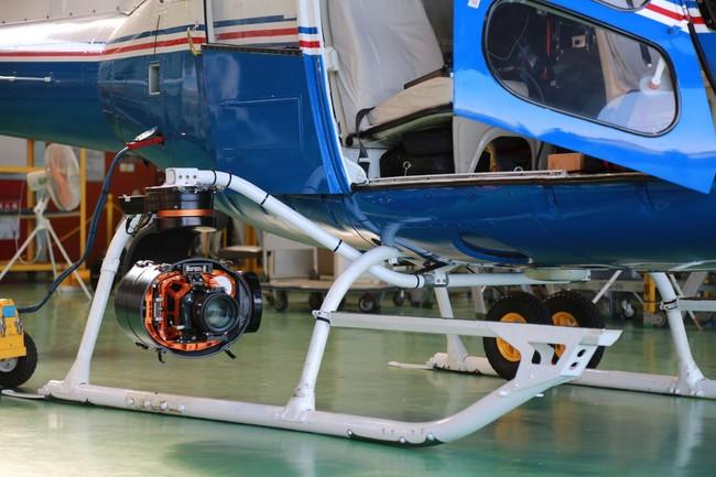 防振装置に装着した8KカメラとEFシネマレンズ(飛行時は防振装置のカバーを全面閉じています)