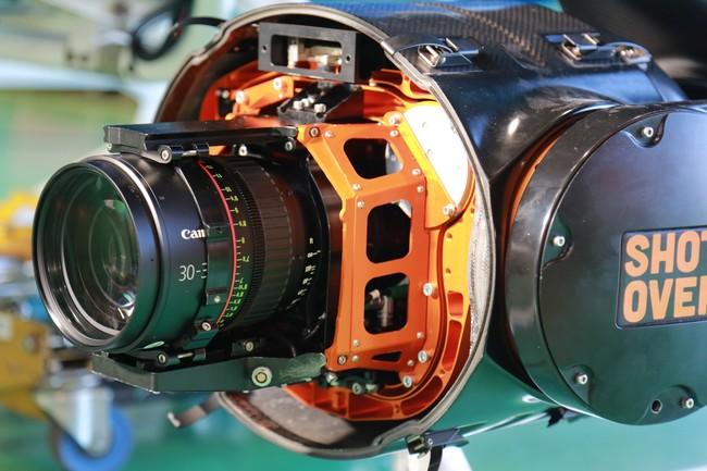 防振装置に装着した8KカメラとEFシネマレンズ_アップ(飛行時は防振装置のカバーを全面閉じています)