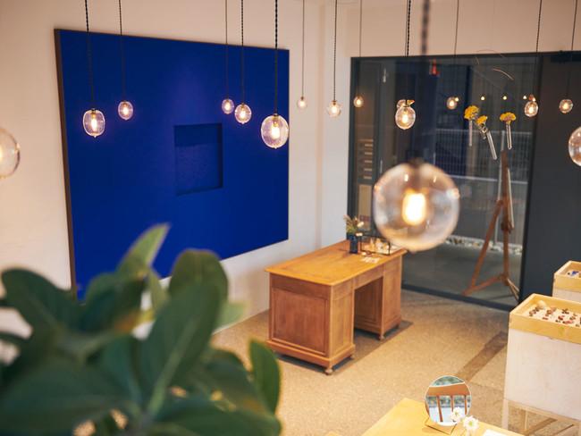 テラゾーの床とクライン・ブルーのコントラスト
