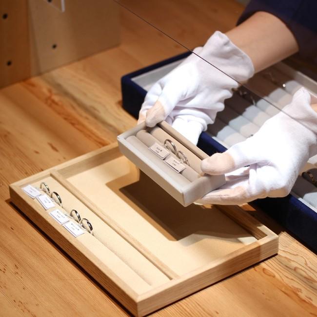 指輪は接客ごとに除菌を行い、受け渡し時スタッフは手袋・トレイを使用
