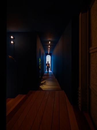仄暗い廊下を、ランタンの灯りでご案内