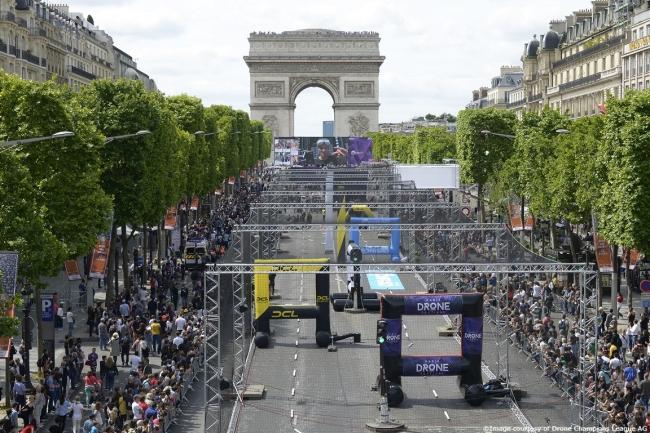 第1戦 シャンゼリゼ通り(仏)の特設ステージ
