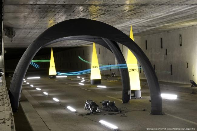 トンネルに設営された近未来的なステージ