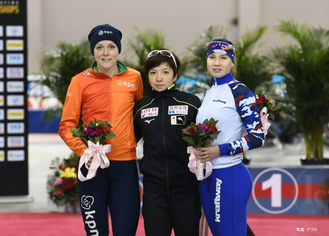 500m1位の小平奈緒選手(中央)