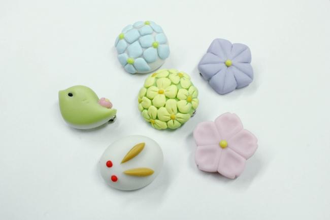 ブローチはマットな質感に仕上げ、和菓子の粉っぽく柔らかな表情に仕上げました