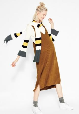 サロペットスカート ¥28,080 セーター ¥19,440 ストール ¥8,640 *全て税込