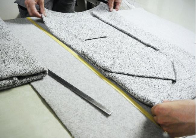 [折りの工程]この工程で柄の出方が決定する、とても重要なポイント。緻密に計算され、丁寧に折り畳まれたニットは、その状態のまま染色されます。
