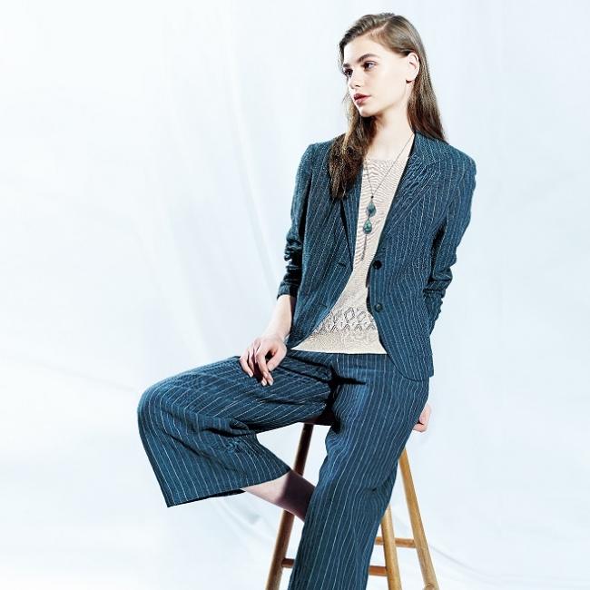 ジャケット ¥20,520円、パンツ 14,040円(全て税込) カラー:ベージュ、ネイビー
