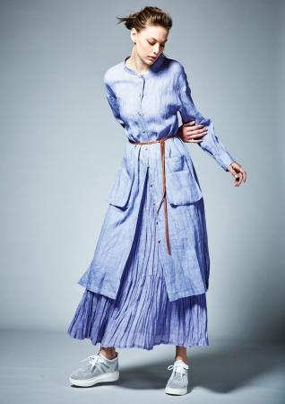 [藤色]ロングシャツドレス ¥38,880、プリーツスカート ¥45,360(全て税込)