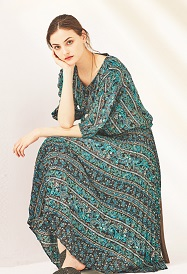ブラウス ¥9,720、プリーツスカート ¥14,040(全て税込)