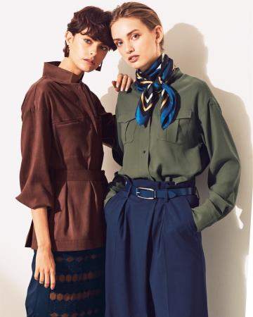 [右]ノーカラー・サファリシャツ ¥24,840 [左]ベルテッド・サファリシャツ ¥30,240 *全て税込