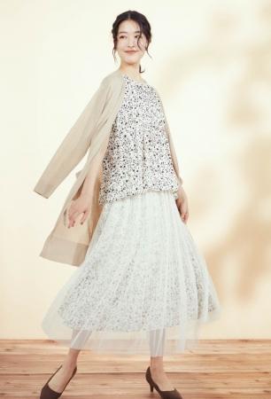 ブラウス 11,000円、スカート 13,200円(すべて税込)