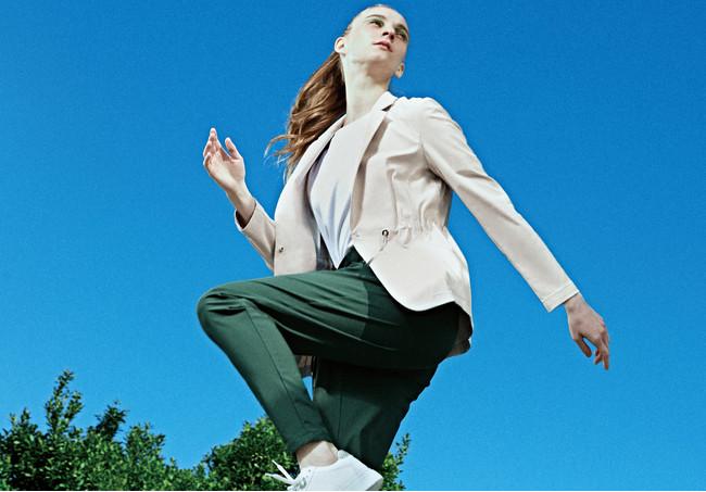 ジャケット 37,400円 パンツ 24,200円(すべて税込) カラー:グレージュ・グリーン