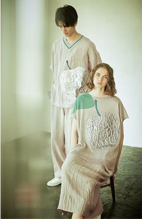 【りんご】(左)[ベータ・メン]Tシャツ 42,900円 (右)[ベータ]ニットプルオーバー 41,800円(すべて税込)