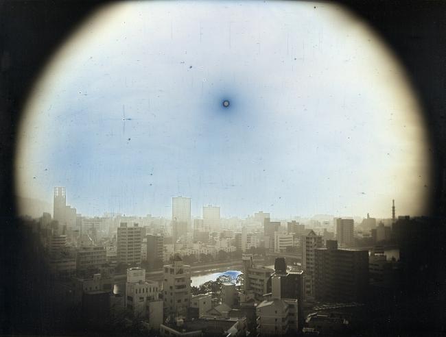 2014年3月23日、比治山公園より西北西に見かけの高度570mの太陽、広島 「EXPOSED IN A HUNDRED SUNS/百の太陽に灼かれて」シリーズより 2014 ダゲレオタイプ 19.3×25.2cm