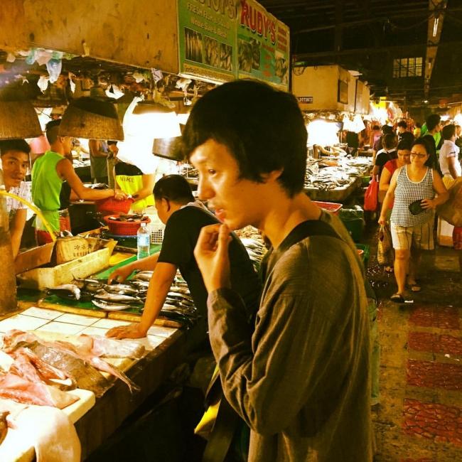 庶民の市場、キューマート。魚屋の前で。