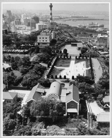 開館当初の大佛次郎記念館(手前)と港の見える丘公園(大佛次郎記念館の設計者は、公園内の霧笛橋や神奈川近代文学館の設計も手掛けた浦辺鎮太郎)