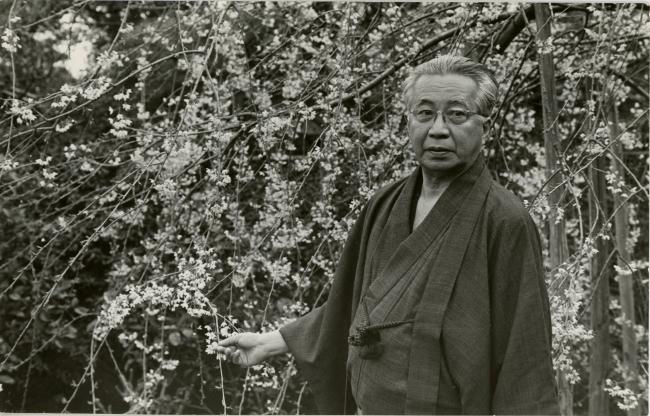 1966頃 自慢の枝垂れ桜と共に