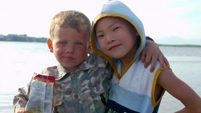 ロシア人とウィルタ人の少年、サハリンのポロナイスクにて。撮影=金子遊