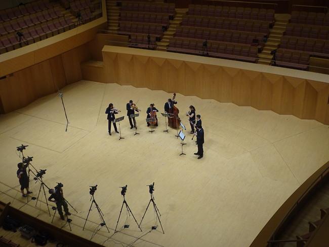 自由視点の撮影風景。ステージを一周囲むように16台のカメラが並ぶ
