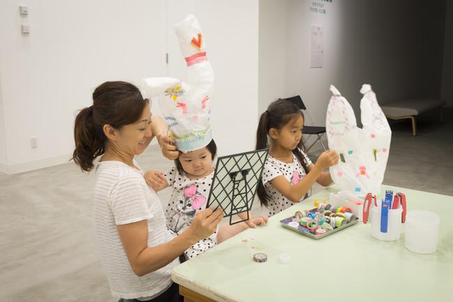 横浜市民ギャラリー「横浜市こどもの美術展2015」 関連事業:自由参加ワークショップ「アート・ハット」の様子 photo:Ken Kato